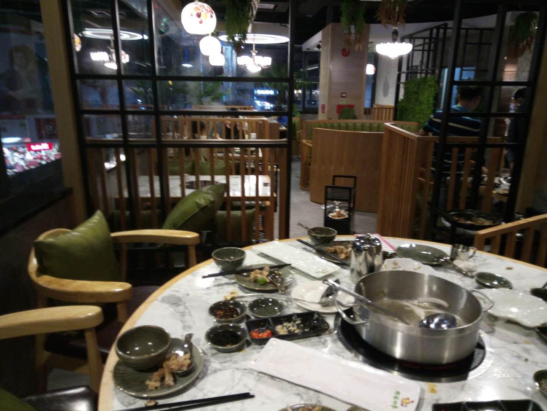椰林四季椰子鸡餐厅桌椅,椰子鸡餐厅卡座沙发,椰子鸡沙发桌椅达芬家具定制。